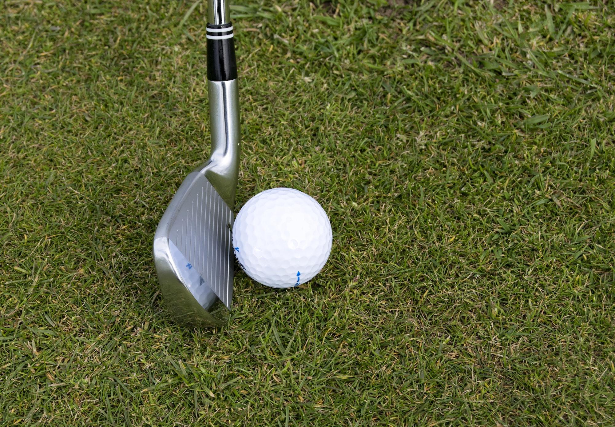 Sådan rammer du en golfbold helt lige - for begyndere