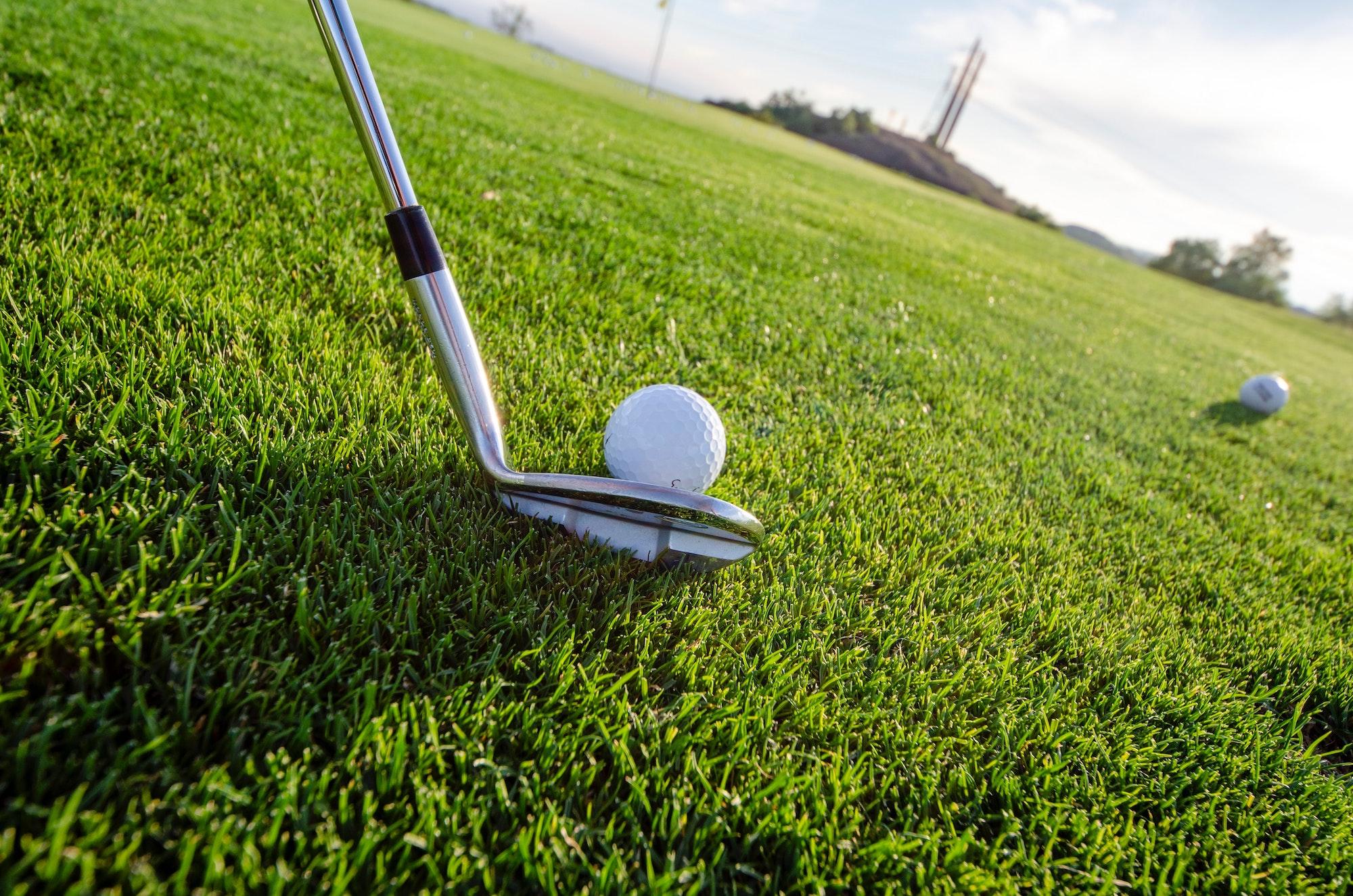 Sådan rammer du golfbolden med et jern